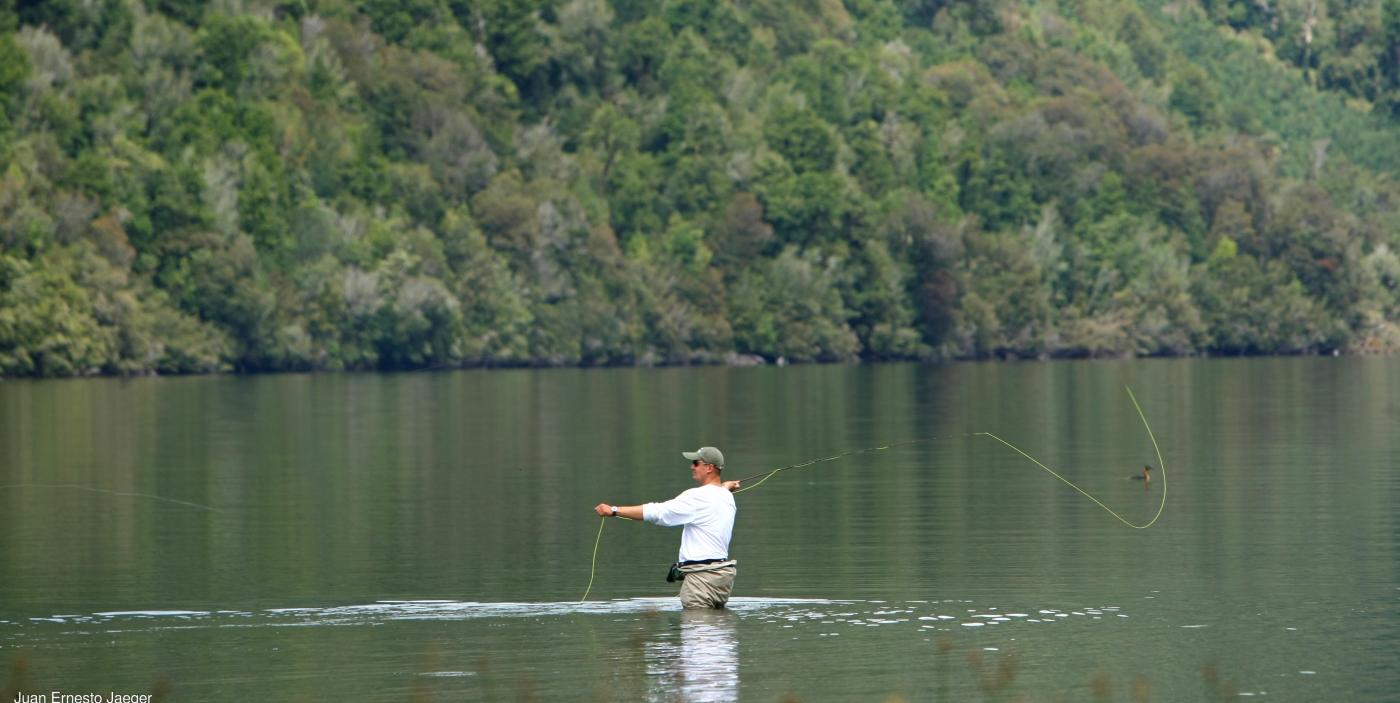 Imagen de un turista pescando en las aguas del lago Trebol en el Parque Nacional Corcovado