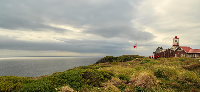 Imagen de uno de los miradores del Parque Nacional Cabo de Hornos donde se ve una bandera chilena flameando al viento
