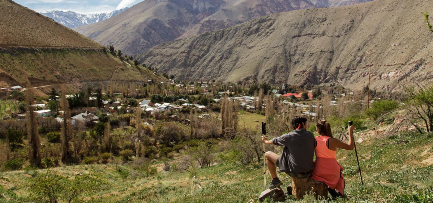 Imagen d euna pareja de turistas haciendo trekking en medio de los cerros del Valle del Elqui