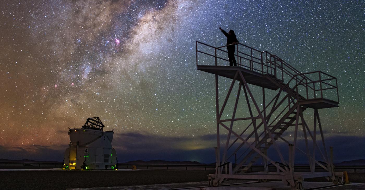 Imagen de una persona mirando las estrellas desde uno de los miradores del Observatorio Paranal