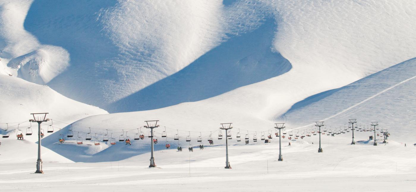 Imagen panorámica del largo sendero en el aire formado por los andariveles del Centro de Ski Corralco
