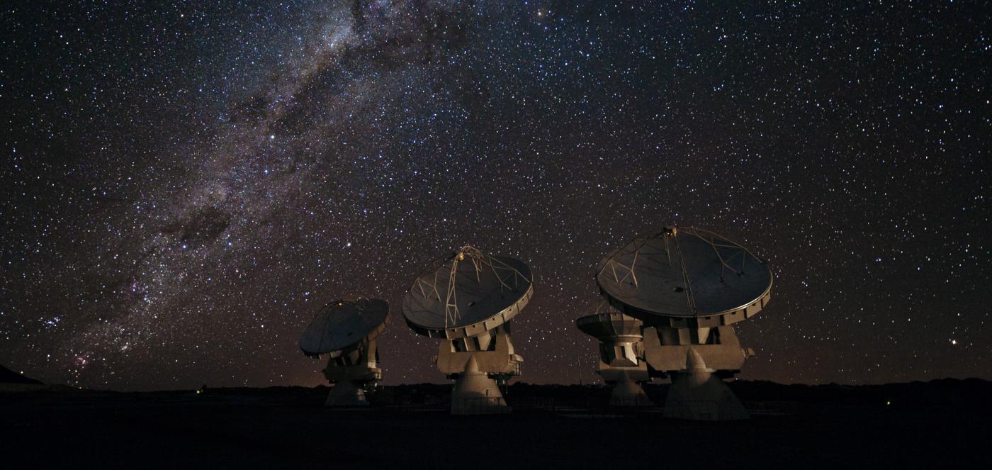 Imagen nocturna de las antenas del Observatorio ALMA en el norte de Chile, donde destaca un cielo estrellado.