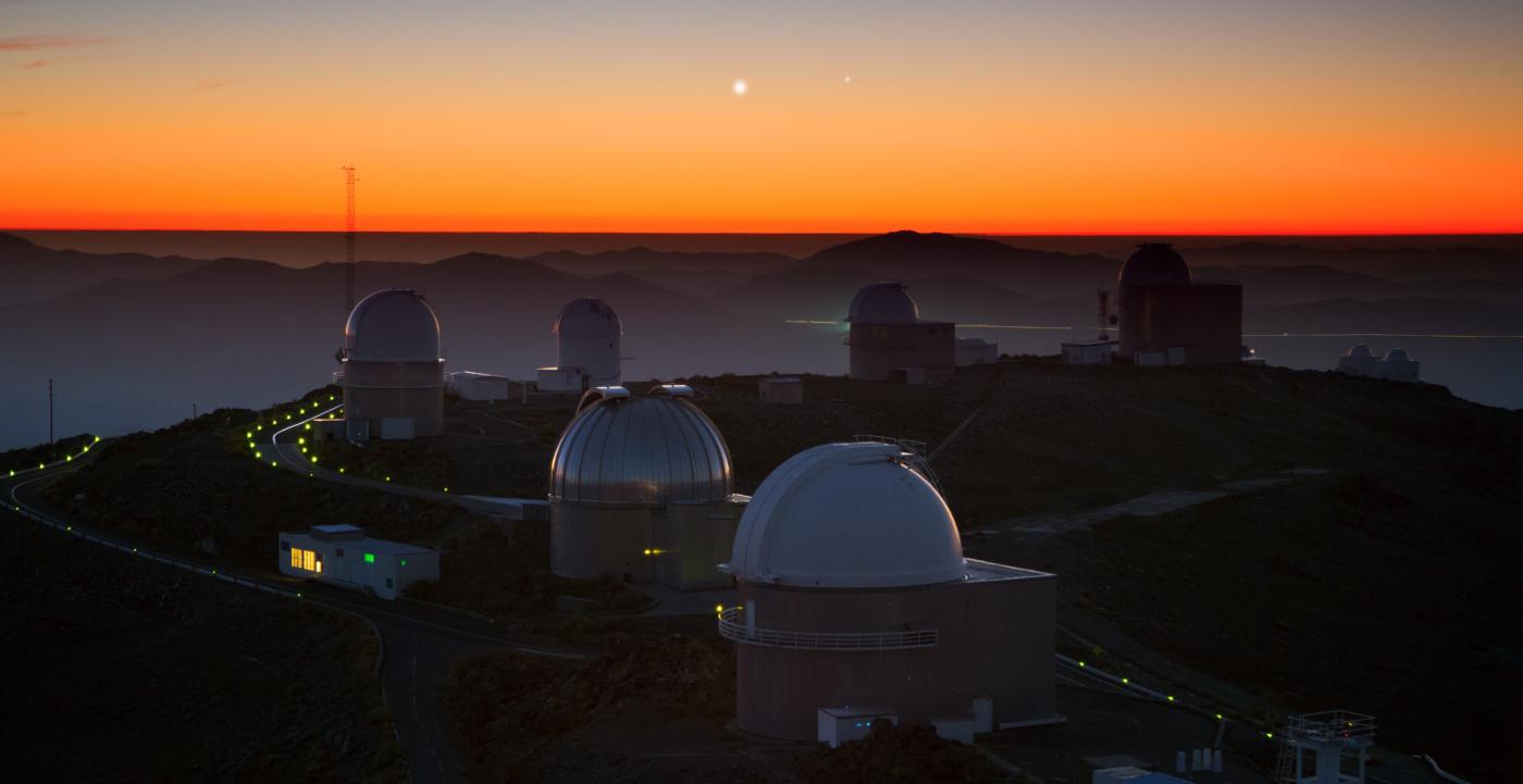 Vista panorámica de los telescopios del Observatorio La Silla durante una hermosa puesta de sol.