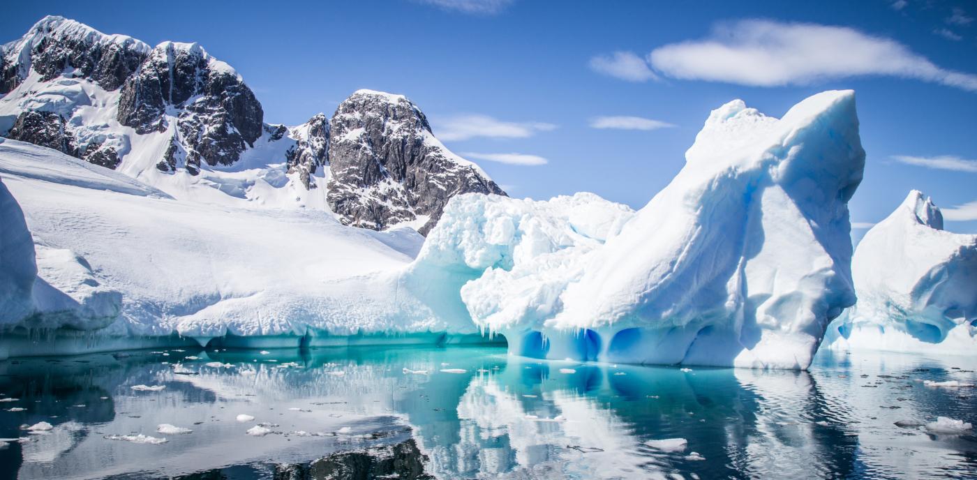 Imagen de los glaciares y montañas nevadas de la Antártica Chilena