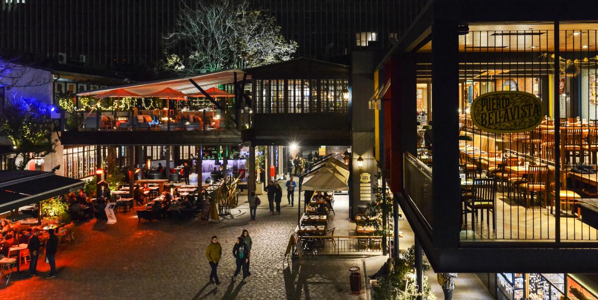 Imagen nocturna de la bohemia del Barrio Bellavista, donde destacan sus restoranes y pubs iluminados