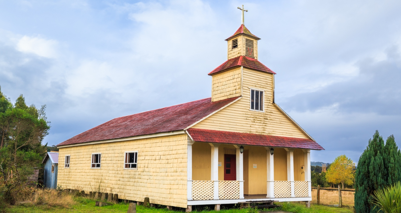 imagen que muestra completa una de las iglesias de madera de la isla de Chiloé, declaradas Patrimonio de la Humanidad