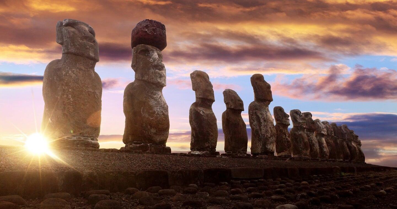Imagen de los Moai de Isla de Pascua en un colorido atardecer