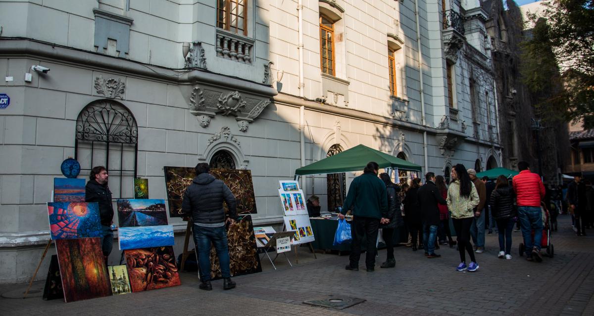 Imagen de laclásica feria de antiguedades que se instala en la calle Lastarria, delcentro de Santiago, donde se ve gente disfrutando de la oferta turística
