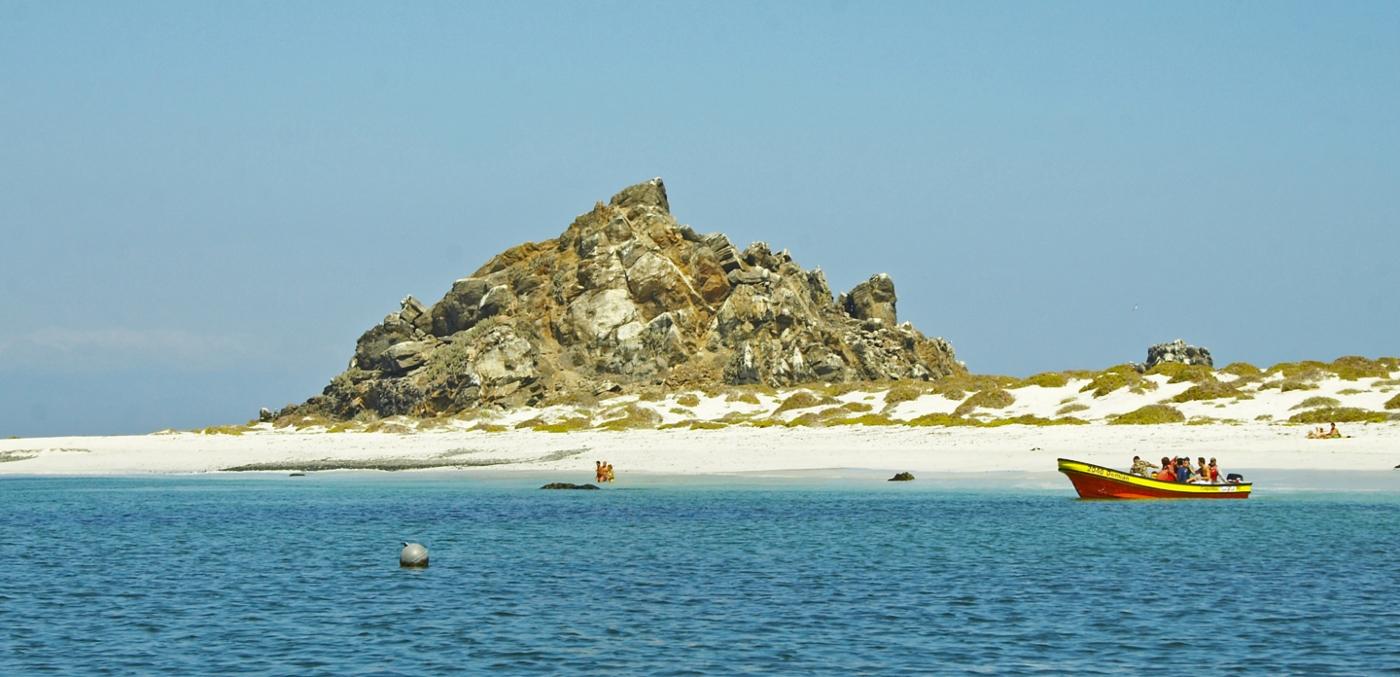 Imagen de Isla Damas en la región de Coquimbo donde se ve el agua cristalina que la rodea
