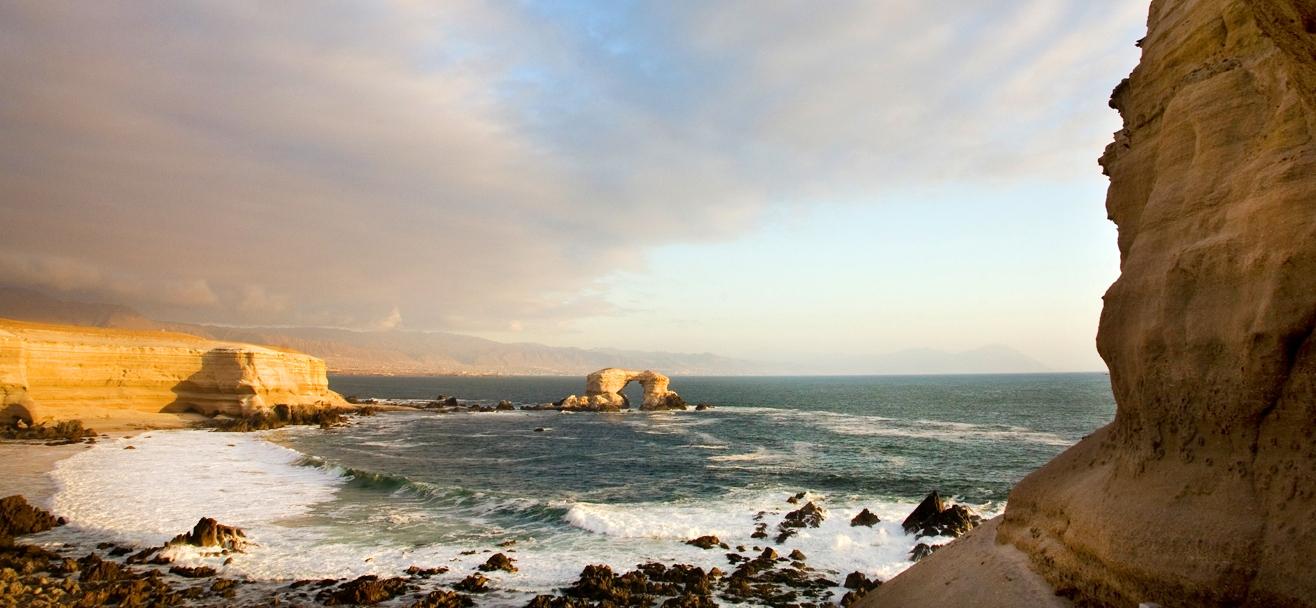 Imagen del monumento nacional La Portada de Antofagasta que se ve en su totalidad en medio del Oceáno Pacífico