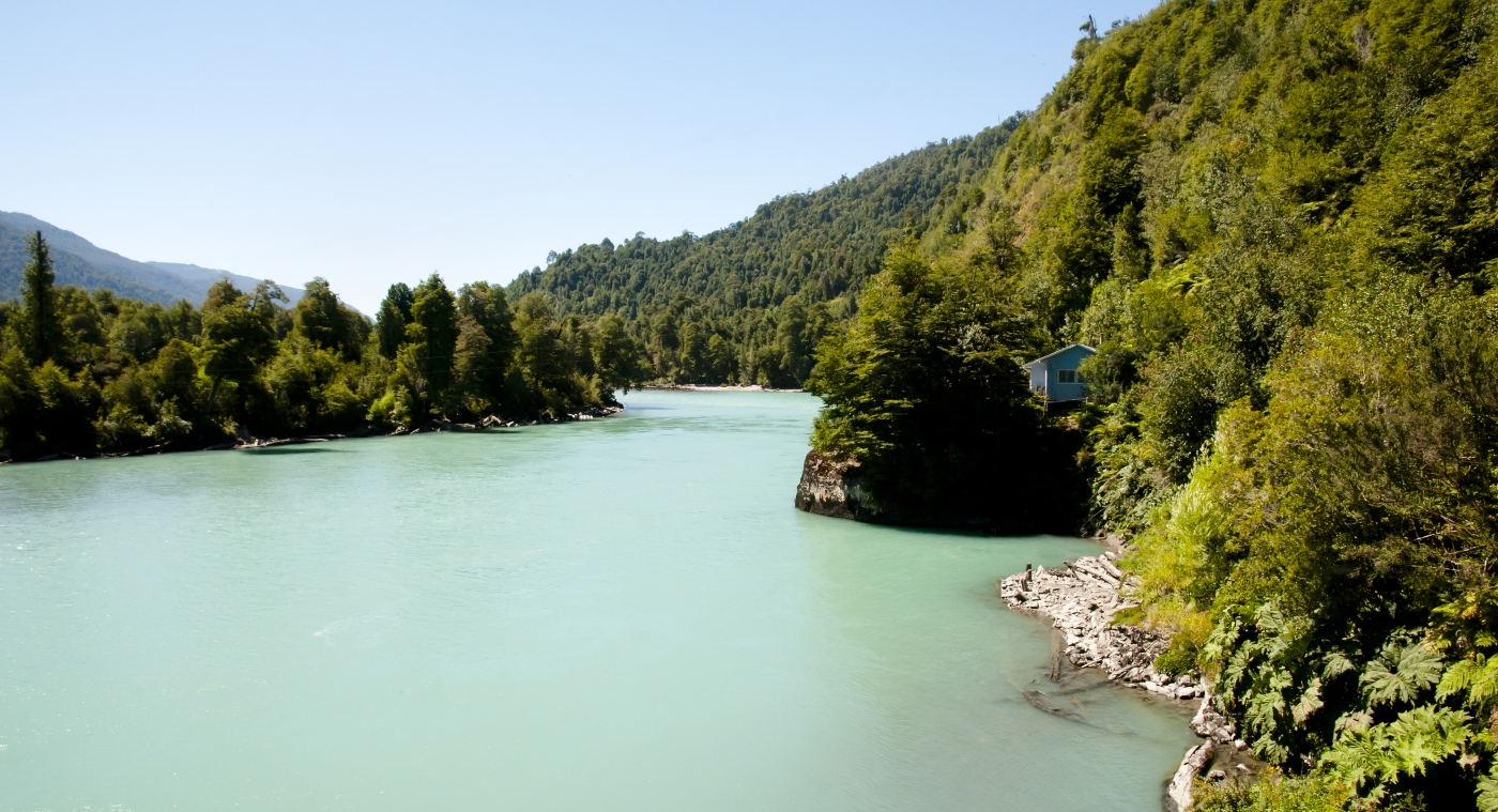 Imagen panorámica del Parque Nacional Corcovado de Chile, donde se aprecian sus ríos y vegetación siempre verde