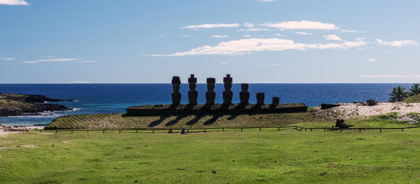 Imagen de los Moai de Rapa Nui mirando al océano Pacífico