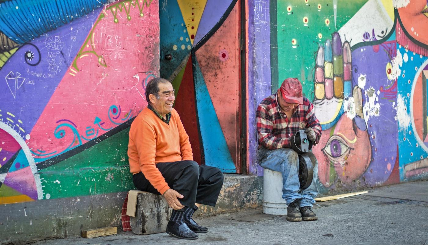 Imagen de dos personas disfrutando de los graffitis de Barrio Franklin