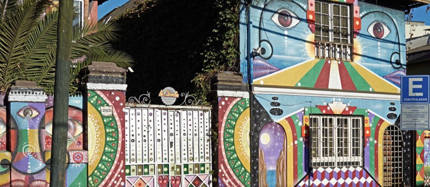 Imagen de una casa pintada con coloridos graffitis