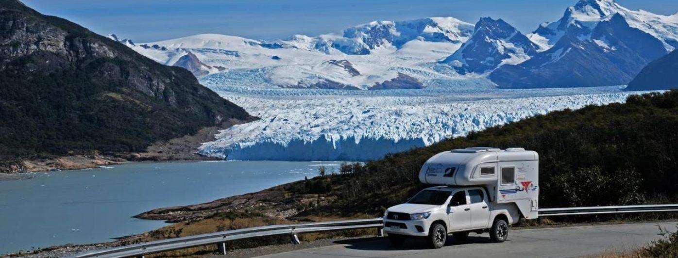 Imagen de una motorhome recorriendo la Carretera Austral de Chile donde se ven los hielos y glaciares de fondo