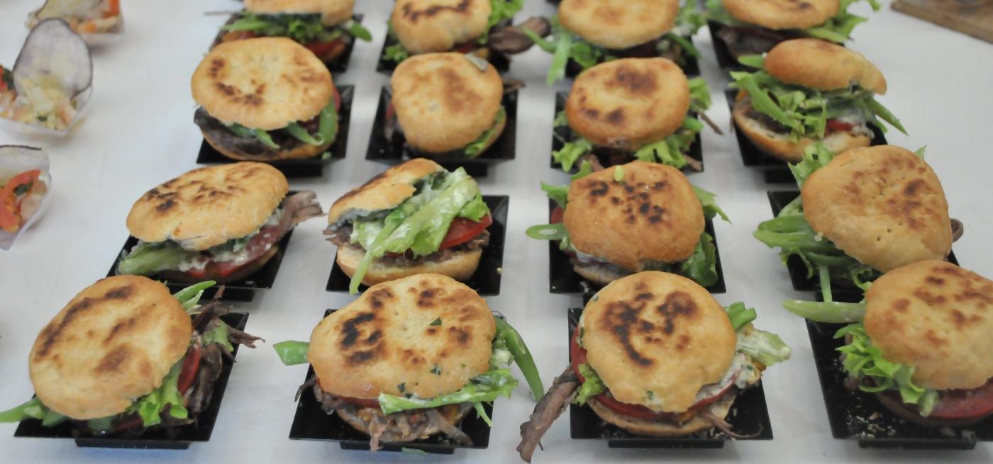 Imagen de una bandeja de sandwich chacareros, con porotos verdes