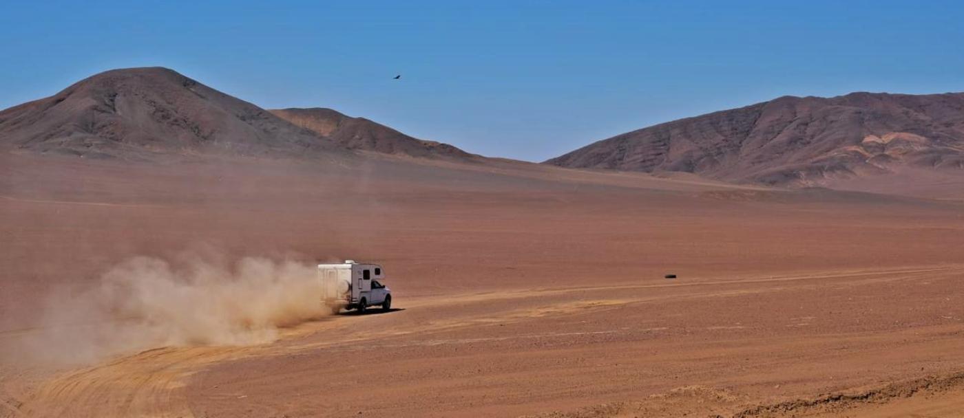 Imagen de una camper recorriendo el Desierto de Atacama
