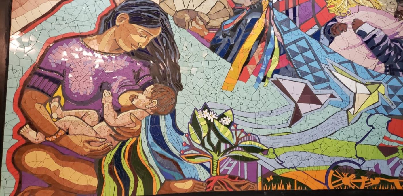 Imagen de un mural con mosaico en el Centro Cultural Gabriela Mistral