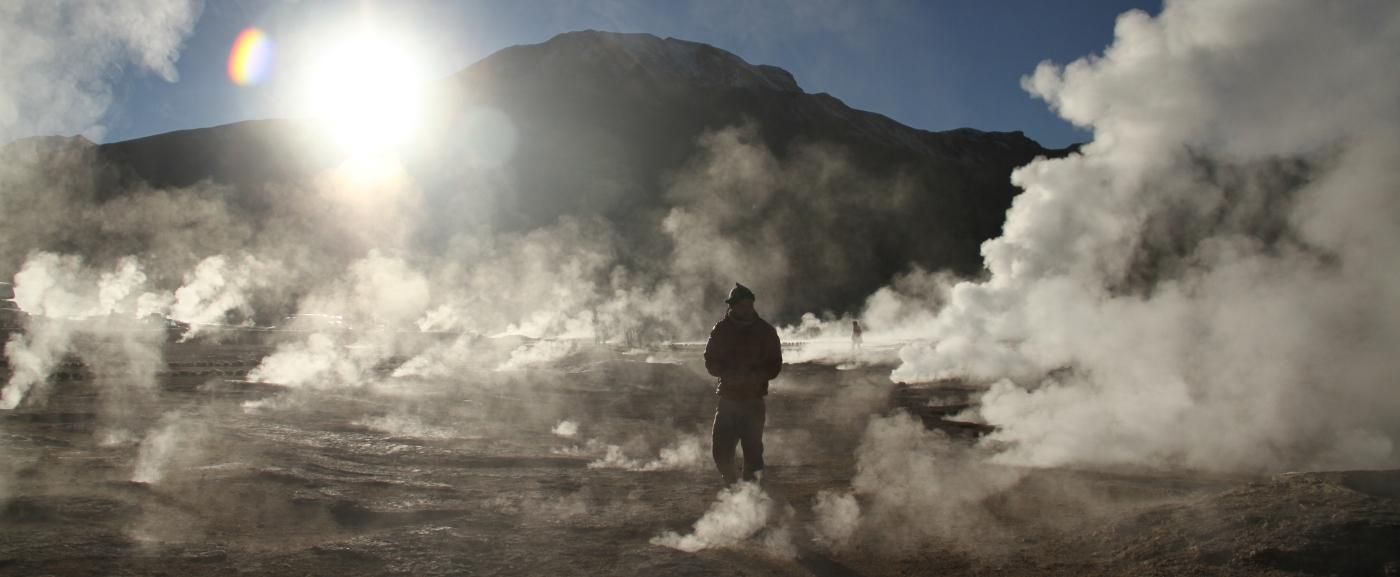 Imagen de un hombre caminando entre las fumarolas de los geyser del Tatio