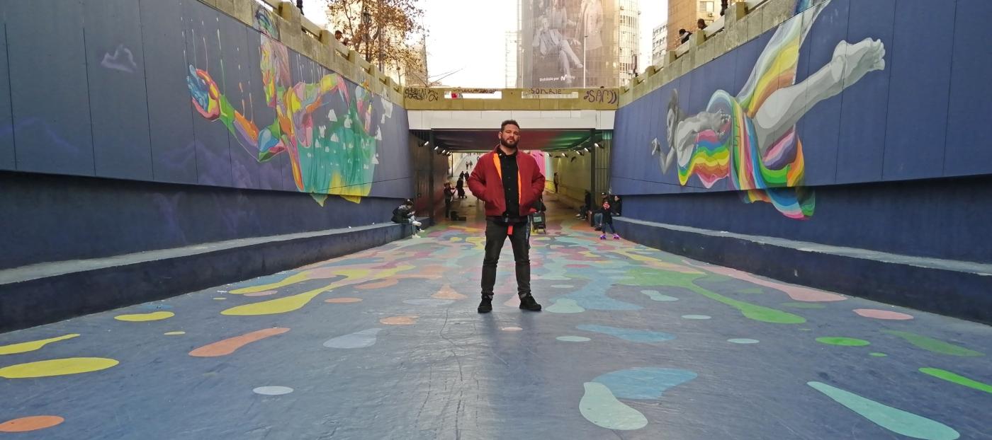 Imagen de un hombre en meio del Paseo Bandera de Santiago, donde se lucen los graffitis del suelo y murallas del lugar