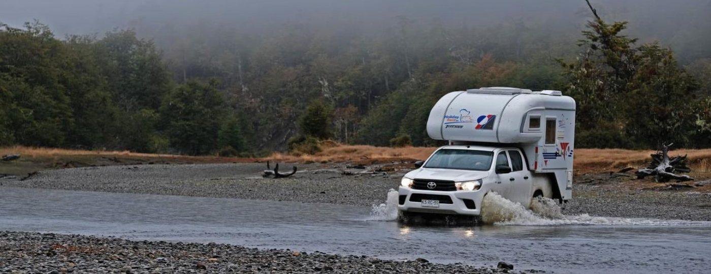Imagen de un motorhome cruzando las aguas y riachuelos del sur de Chile