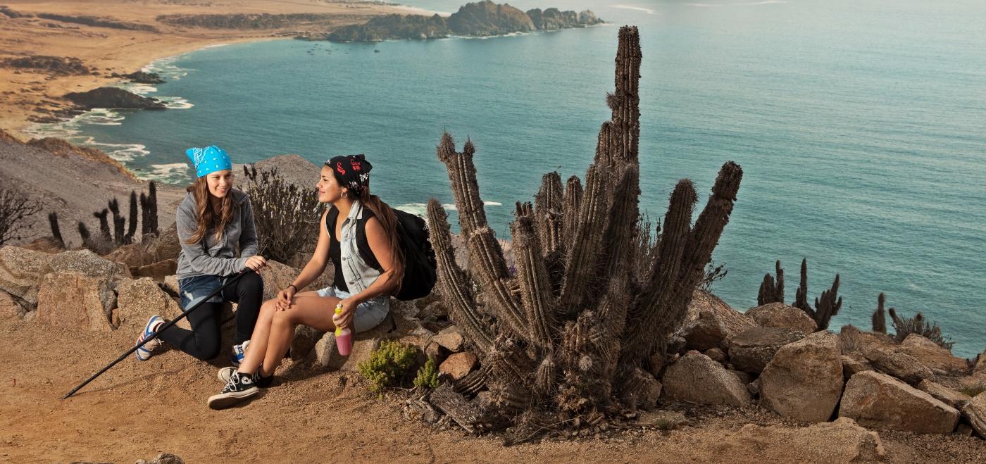 Imagen de dos mujeres realizando trekking en el Parque Nacional Pan de Azúcar en el norte de Chile