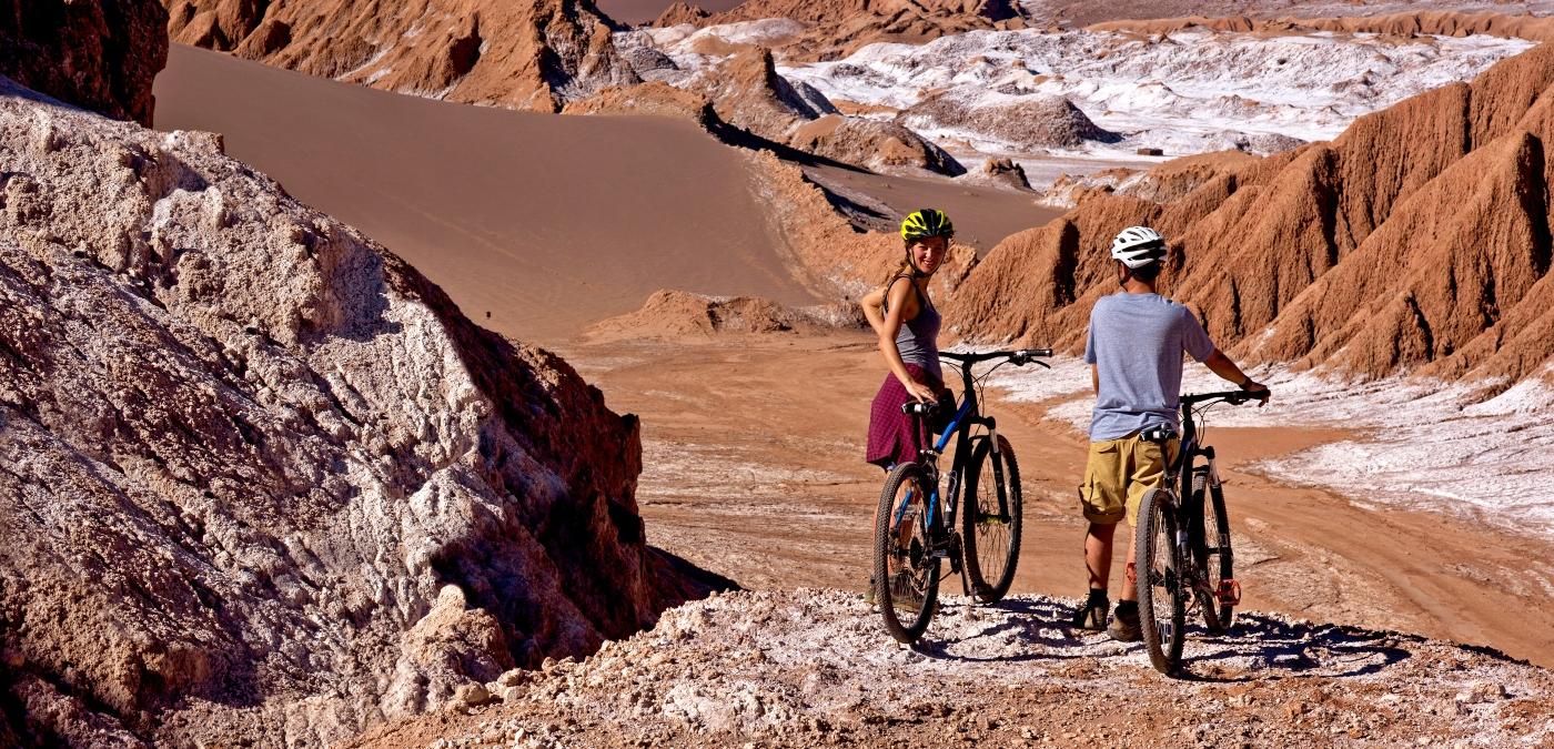 Imagen de una pareja de enamorados recorriendo el Desierto de Atacama en bicicleta