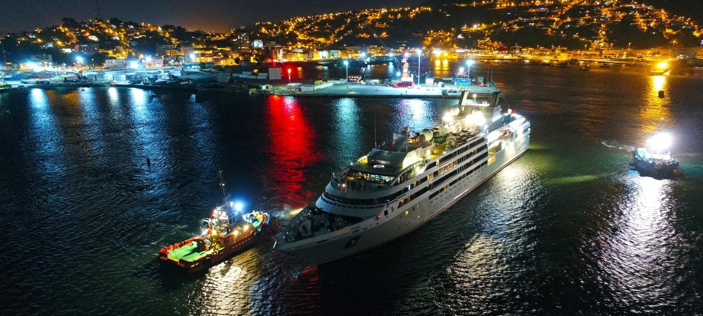 Imagen del puerto de Talcahuano en una noche muy iluminada por las luces de las embarcaciones