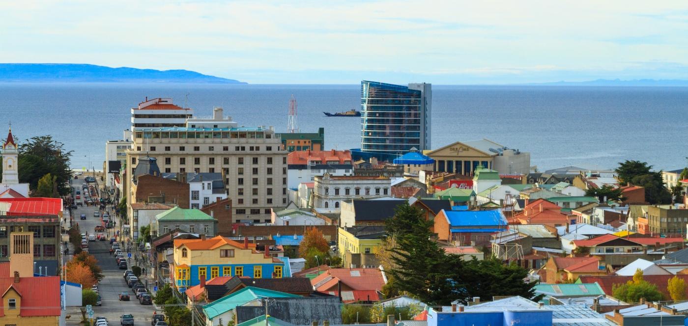 Imagen del puerto de Punta Arenas de un día de cielos limpios e iluminados