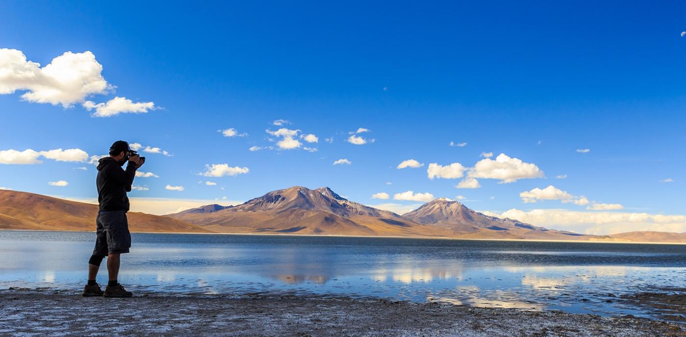 Imagen del Salar de Surire en el norte de Chile donde se ven las lagunas a los pies del volcán