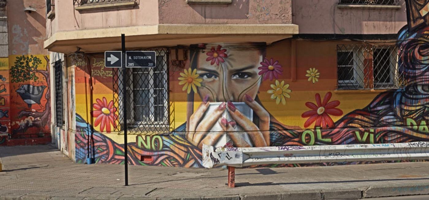 Imagen de un graffiti en Santiago que muestra a una mujer tomando café