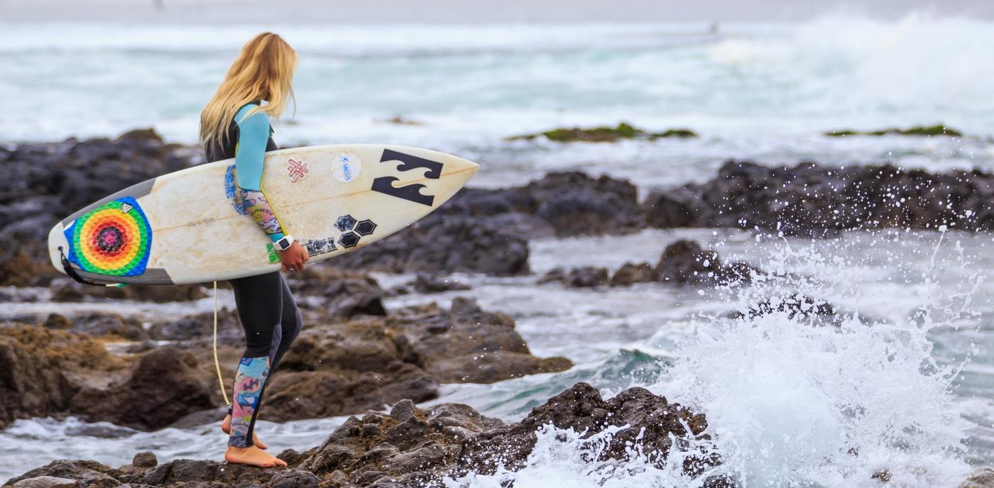Imagen de una joven realizando surf en las playas de Pichilemu