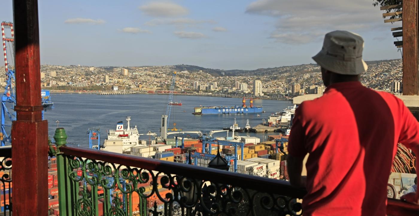 Imagen d eun turista admirando las bellezas del puerto de Valparaíso