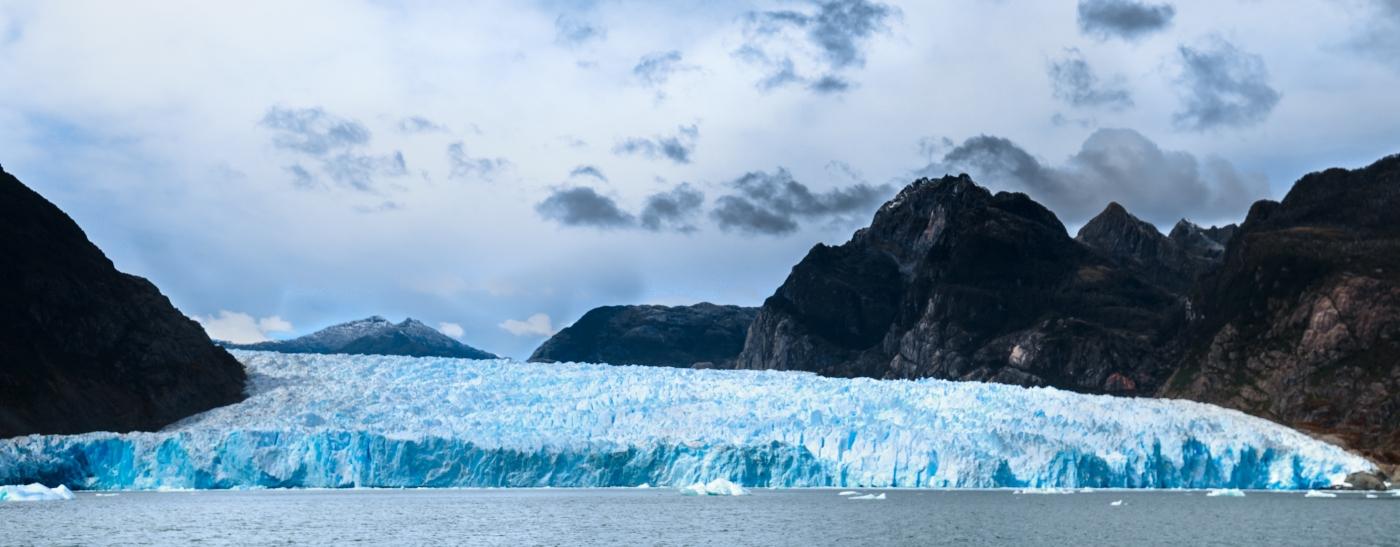 Imagen de los Campos de Hielo Norte donde destaca los bloques de hielo de difrentes tonalidades de azules