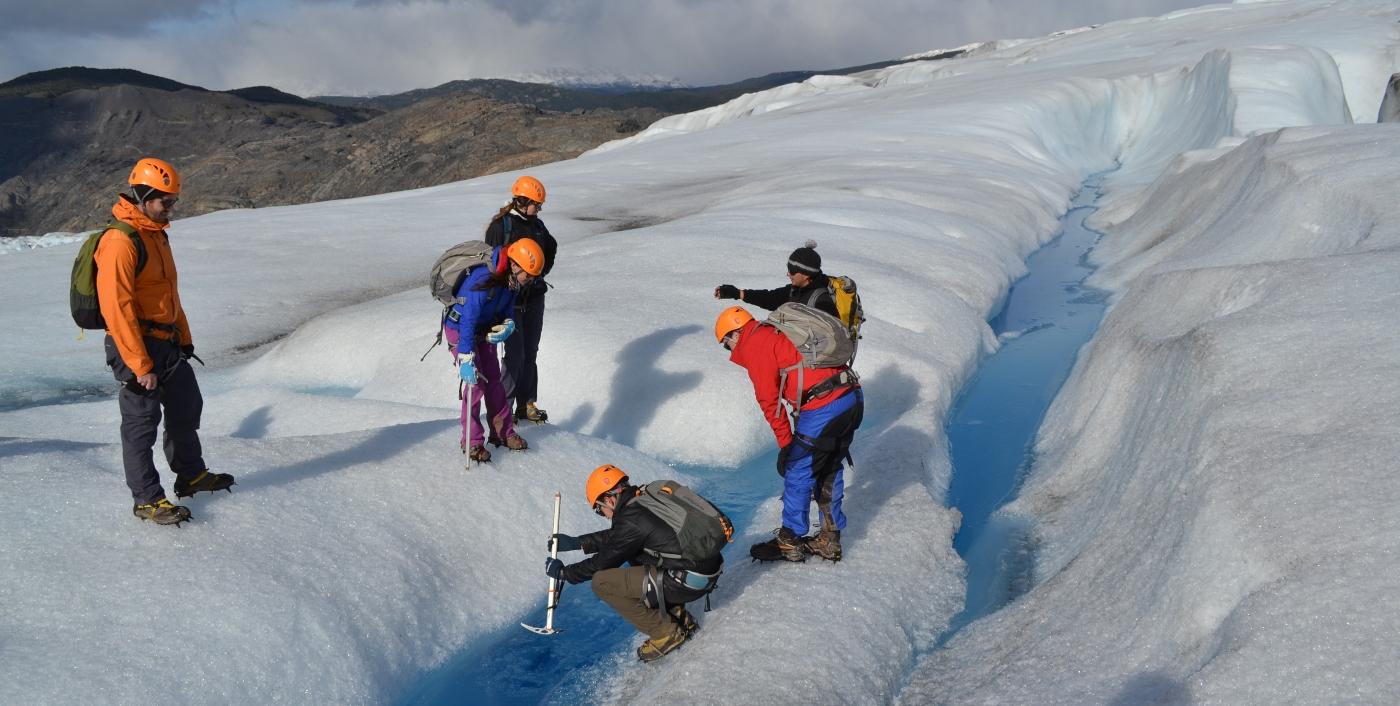 Imagen de un grupo de turistas realizando trekking en la nieve