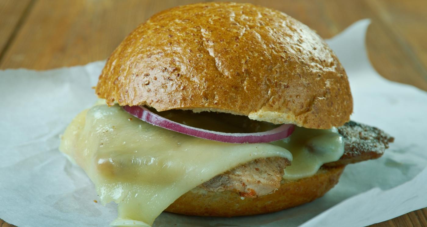 Imagen de un sandwich de lomo de cerdo y queso derretido
