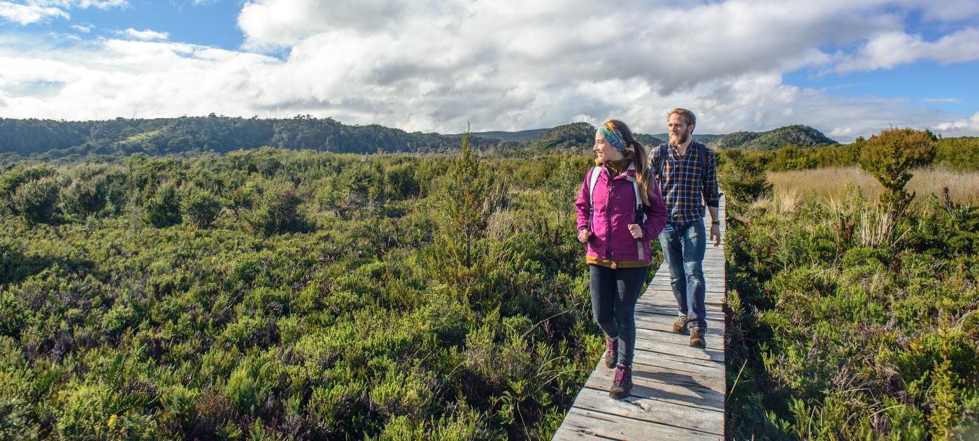 Imagen de una pareja realizando trekking en el Parque Nacional Chiloé
