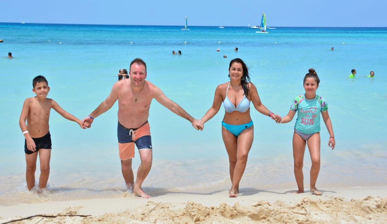 Imagen de una familia disfrutando de la playa de Bahia Inglesa