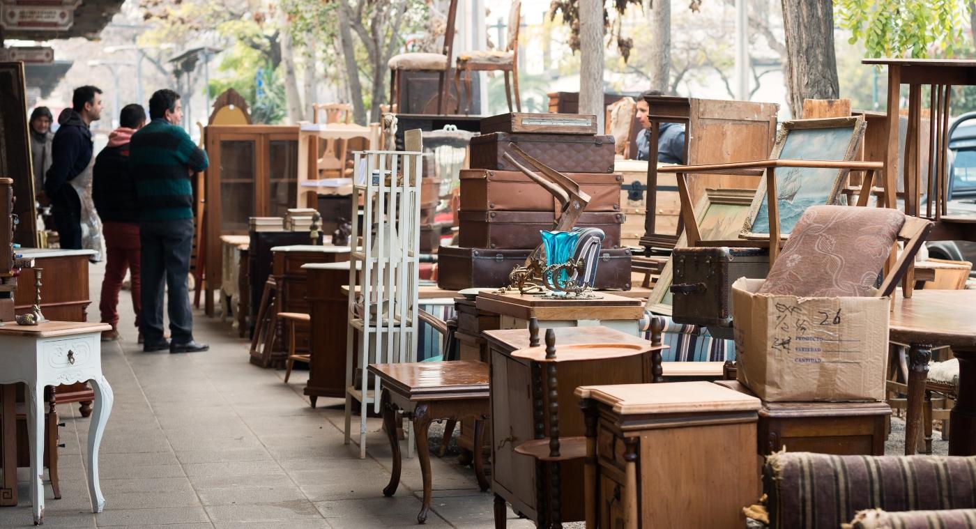 Imagen de las calles de Barrio Italia donde destacan las tiendas de venta de antiguedades