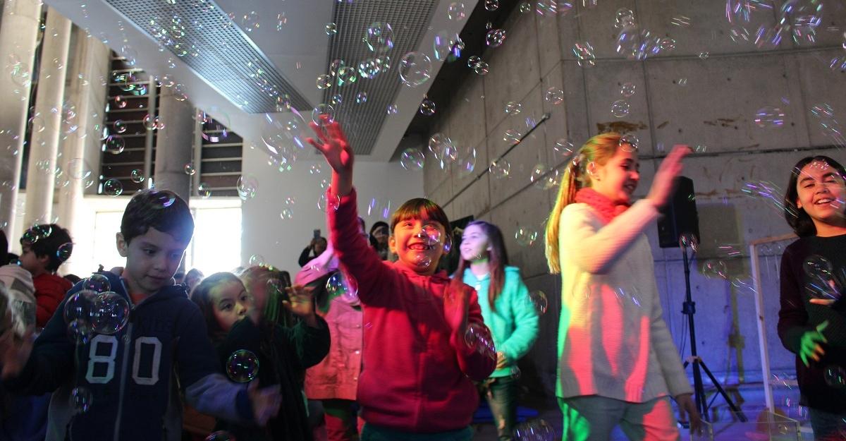 Imagen de niños disfrutando en el Museo Interactivo Mirador