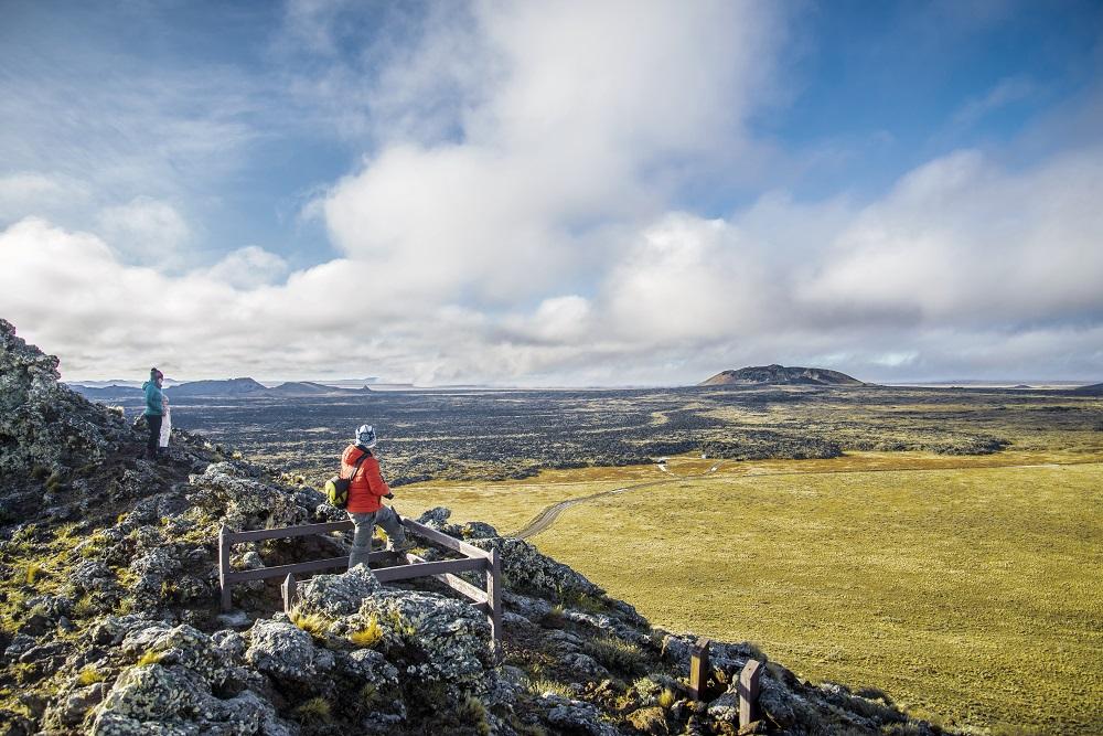 Personas disfrutando de una hermosa vista desde las montañas al Parque Nacional Pali Aike