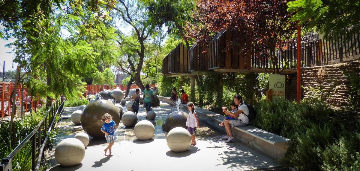 Imagen de niños disfrutando en un parque de la región Metropolitana