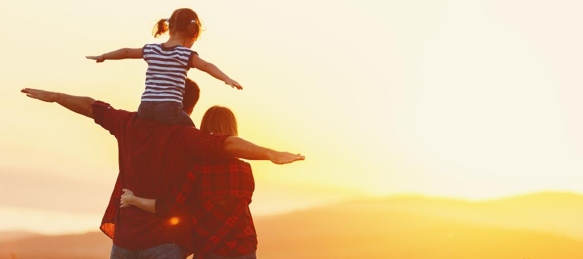 Imagen de una familia disfrutando la puesta de sol en las ruinas de huanchaca