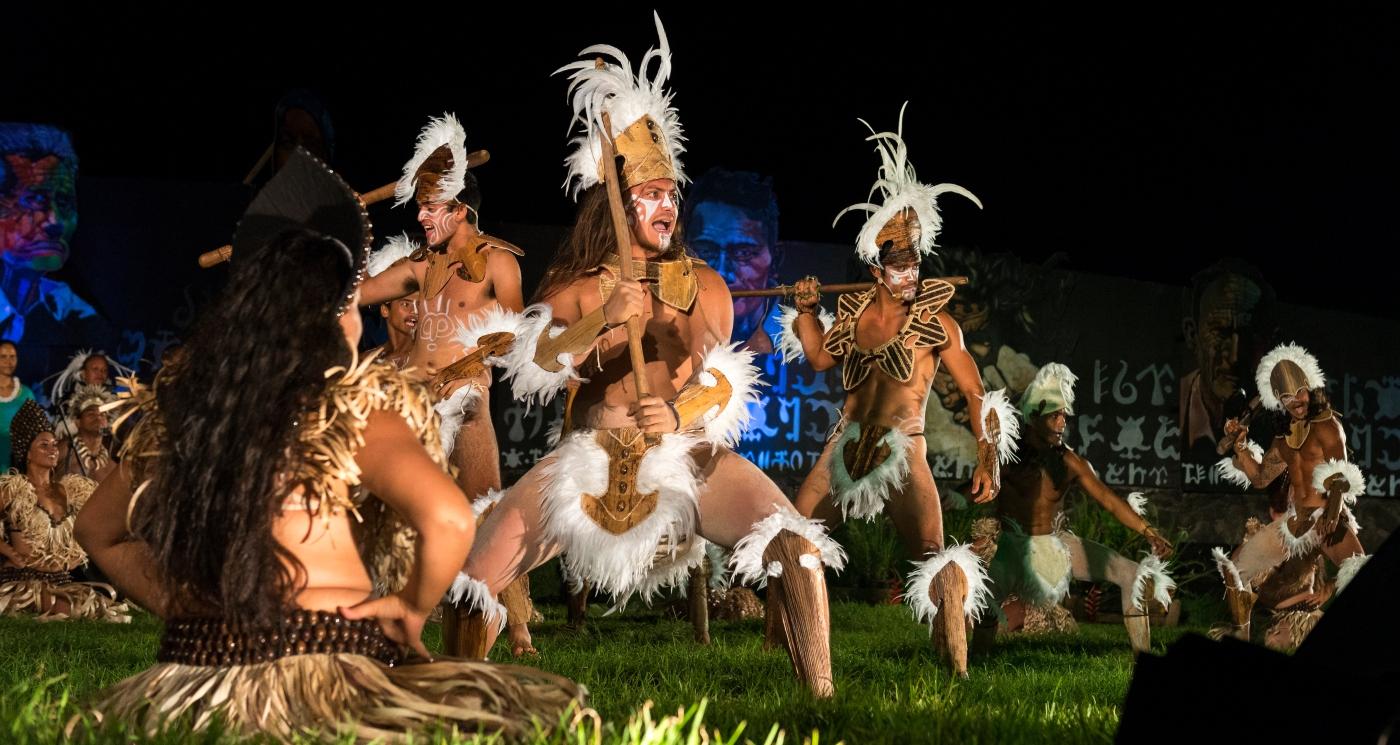 Imagen de un grupo de bailarines de danzas típicas de Rapa Nui