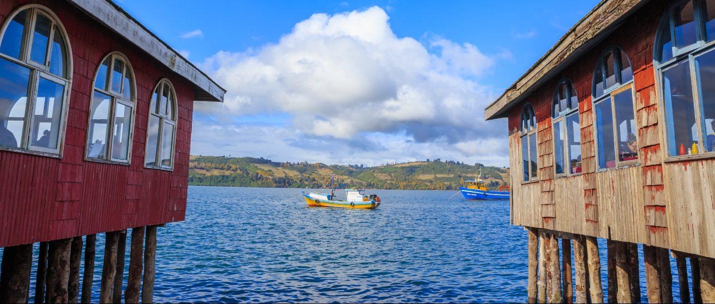 Imagen de la costa de Castro donde se ve un barco navegando