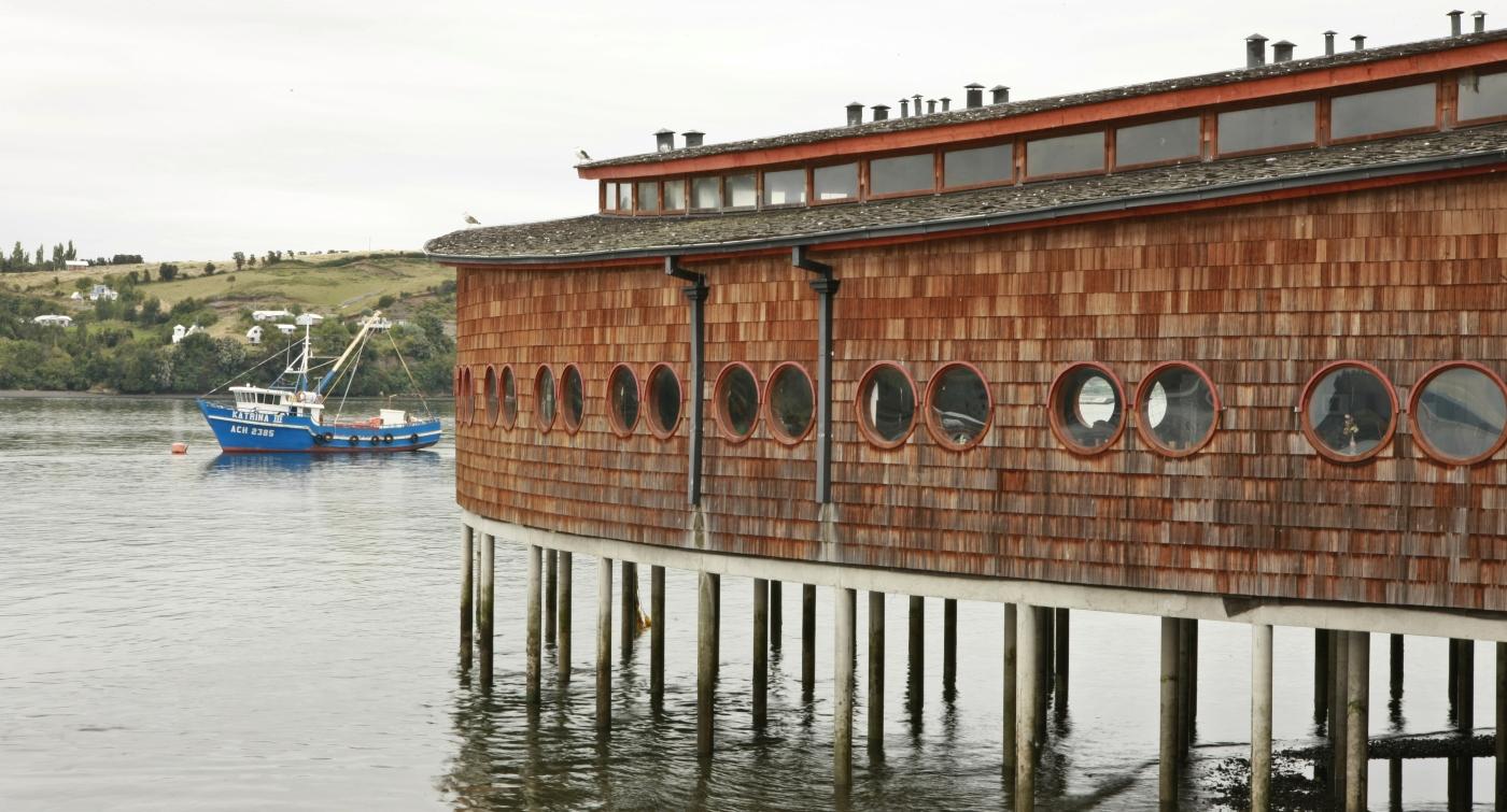 Imagen de la construcción que alberga a la feria artesanal de Dalcahue