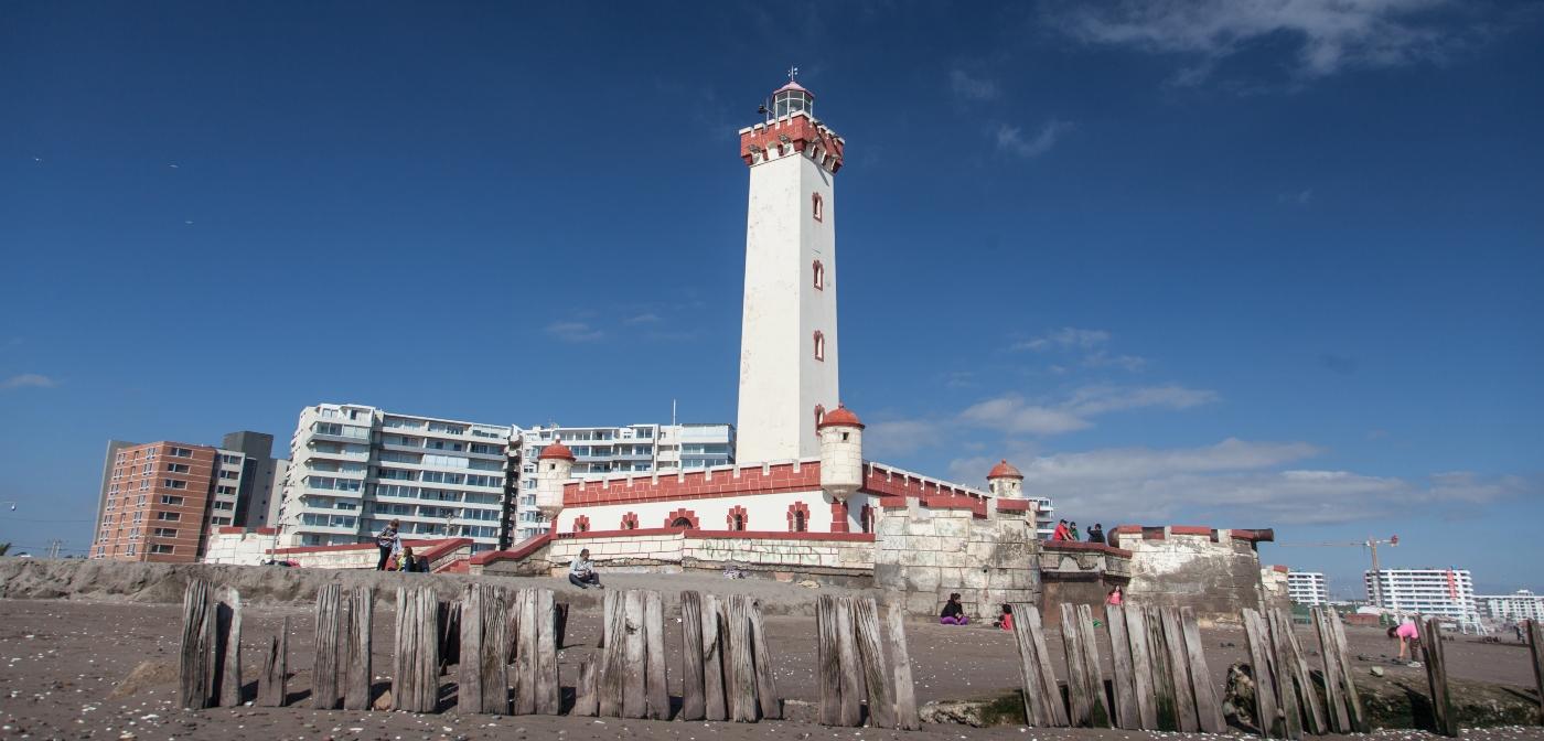 Imagen de El Faro de La Serena, construcción instalada en medio de la playa