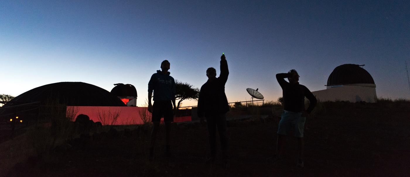 Imagen nocturna de un grupo de turistas observando las estrellas en la región de Coquimbo