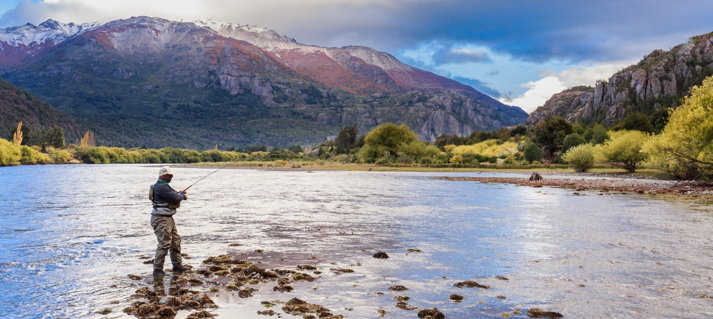 Imagen de un hombre pescando en un río de la patagonia chilena