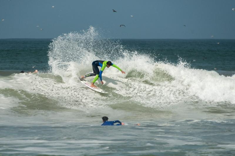 Imagen de un hombre practicando surf en las playas de Arica